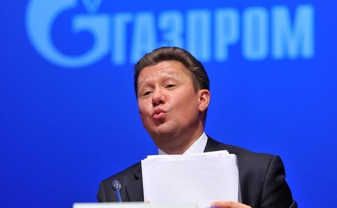 Алексей Миллер на фоне эмблемы Газпром