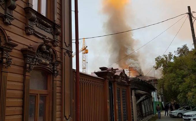 Фото предоставлено Дмитрием Гориным. Пожар в доме рыботорговца Трофимова на улице Осипенко