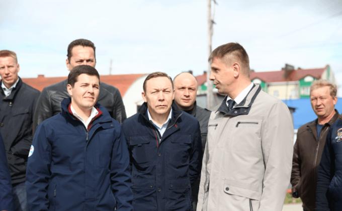 Губернатор Дмитрий Артюхов во время визита в Шурышкарский район. В центре глава муниципалитета Андрей Головин