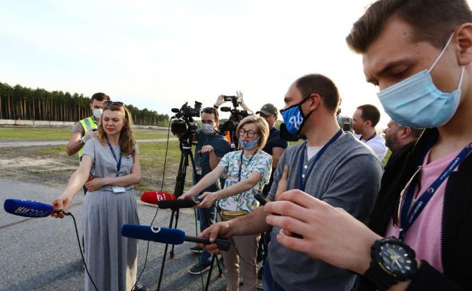 Журналисты Сургута берут интервью во время режима возвышенной готовности