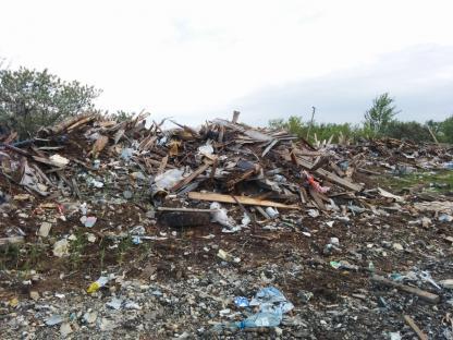 Заваленная мусором площадка в Кургане