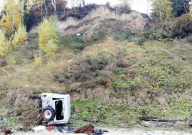 В ХМАО «УАЗ» упал с обрыва на берег Оби