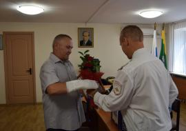 Полиция Екатеринбурга наградила горожанина за спасение выпавшей девочки