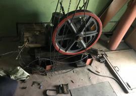 В Екатеринбурге рабочего раздавило лифтом