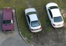 В Свердловской области ввели штрафы за парковку на газонах