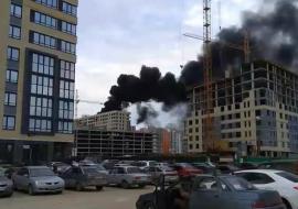 В Тюмени вспыхнул пожар на крыше новостройки