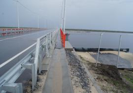 Проливные дожди размыли насыпи моста через Надым
