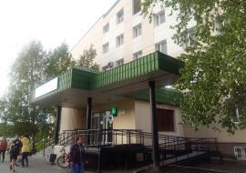 Жители Сургута выступили против вырубки деревьев возле городской поликлиники