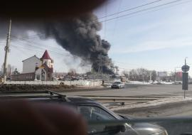 Челябинск накрыло дымом с крупного пожара на производстве пластиковой посуды