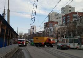 Из-за падения стрелы башенного крана в Екатеринбурге перекрыли дорогу