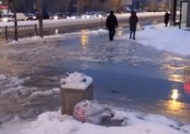 В Екатеринбурге затопило перекресток и тротуары после аварии на сетях МУП «Водоканал»