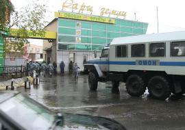 Полиция и ОМОН массово задерживают мигрантов на овощебазе Екатеринбурга