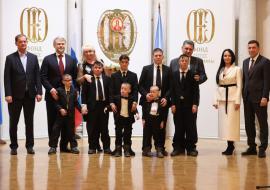 Многодетная семья из Екатеринбурга получила микроавтобус в подарок от меценатов