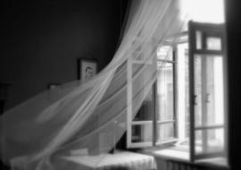 Из окна многоэтажки в Тюмени выпал мужчина