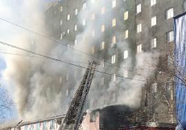 В Челябинске загорелся бизнес-центр «Аврора»