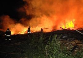 В Свердловской области на свалке пилорамы вспыхнул пожар