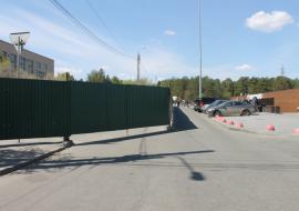 Челябинские чиновники убрали стройплощадку у памятника Курчатову