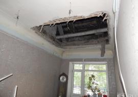 В жилом доме Екатеринбурга после капремонта обвалился потолок