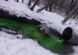 Река Миасс в Челябинске окрасилась в кислотно-зеленый