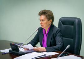 Комарова потребовала разобраться с жалобами населения на сокращение зарплат из-за карантина