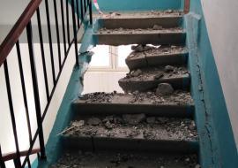 В Челябинской области при замене лифта рабочие разрушили подъезд