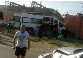В Челябинске маршрутка с пассажирами врезалась в бетонный забор