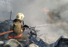 В Каменске-Уральском загорелся склад с взрывоопасными смесями