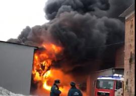 Экстренные службы заявили об угрозе взрыва из-за пожара на складе лакокрасочных изделий в Екатеринбурге