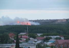 Спасатели МЧС 12 часов тушат пожар на свалке в Челябинске