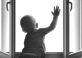 В Челябинске 2-летний ребенок выпал из окна