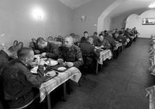 Подрядчик Минобороны снабжал военнослужащих ЦВО инфицированным продовольствием