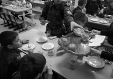 Родители школьников ХМАО требуют накормить детей. Власти муниципалитетов ищут оправдания