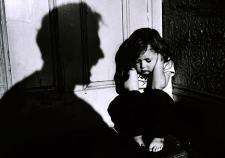 Домашний тиран из Зауралья получил 3 года за истязания маленькой дочки