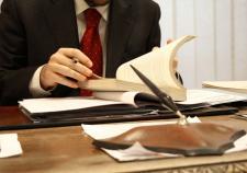В ХМАО адвокат напал на следователей