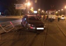 Пьяный водитель в Челябинске снес остановку и сбил женщину