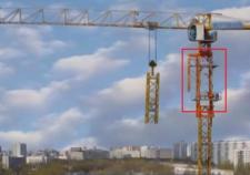 В Екатеринбурге обрушилась люлька башенного крана с рабочими