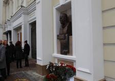 В Екатеринбурге открыли памятник пластическому хирургу Нудельману