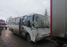 В Свердловской области 5 человек пострадали при столкновении автобуса и грузовика