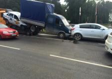 В Екатеринбурге грузовик с отказавшими тормозами устроил ДТП с 8 машинами