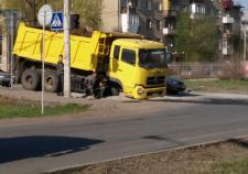 В Челябинске грузовик провалился в яму на дороге