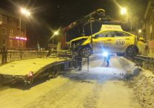 В Екатеринбурге пострадал пассажир влетевшей в трамвайную остановку такси