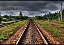 Два мужчины попали под поезд в Свердловской области