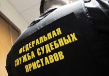 Житель Карпинска спрятался от приставов в шкафу