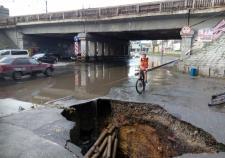 В Екатеринбурге на Малышева провалился асфальт