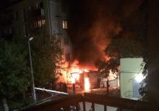 В Екатеринбурге на Фурманова сгорел пристрой жилого дома