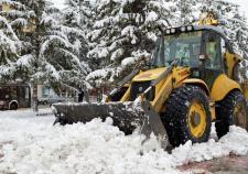 В Екатеринбурге на Уктусе водитель экскаватора засыпал ребенка снегом