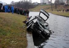 В ХМАО утонул автомобиль с тремя людьми