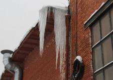 В Среднеуральске на ребенка с крыши упала ледяная глыба