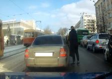 В центре Екатеринбурга водитель открыл стрельбу в пробке