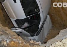 В Екатеринбурге иномарка снесла ограждения и угодила в котлован
